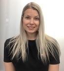 Sanna Pesonen on myyjä PK-ProWearissa ja palvelee myymälässä Dobsom vaatteiden parissa