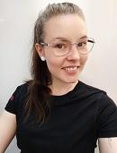 Sofia Alatalo palvelee PK-ProWearin myymälässä Dobsom urheilu- ja vapaa-ajan vaatteiden parissa.